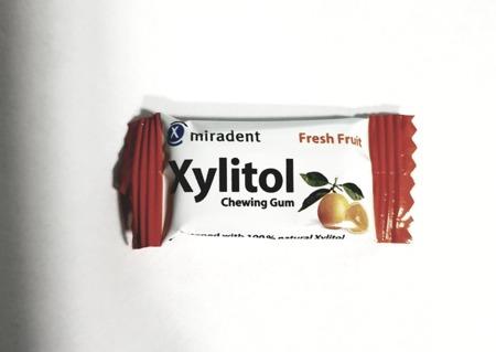 MIRADENT Xylitol Chewing Gum - guma do żucia z ksylitolem przeciw próchnicy, 2 szt, smak owoce tropikalne